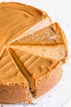 Sweet and creamy with touch of sea salt, this decadent dulce de leche cheesecake is quite a treat! Sweet and creamy with touch of sea salt, this decadent dulce de leche cheesecake is quite a treat! Brownie Desserts, Mini Desserts, Just Desserts, Food Cakes, Cupcake Cakes, Cupcakes, Dessert Crepes, Oreo Dessert, Dessert Ideas