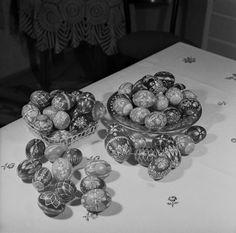Na archívnej snímke zo 7. apríla 1966  kraslice k Veľkej noci, ktoré vyrábala Mária Durďinová z Veľkej Čause
