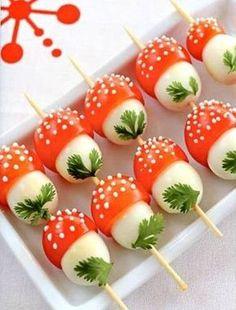 """Tomatinho com Ovo de Codorna  Ingredientes:  Ovo de codorna  Tomatinho cereja  Salsa para enfeitar  Palitinho   """"pintinhas"""" no tomate de cream cheese."""