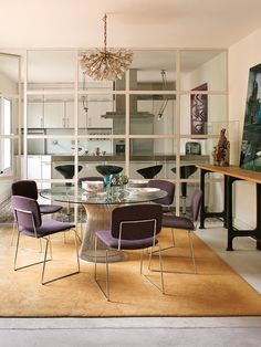 y funcionales, via Nuevo Estilo. Plus, the kitchen and the dining space separated by a glass wall. Home Living Room, Interior Design Living Room, Living Spaces, Glass Room Divider, Glass Kitchen, Home Kitchens, Interior Styling, Family Room, Sweet Home