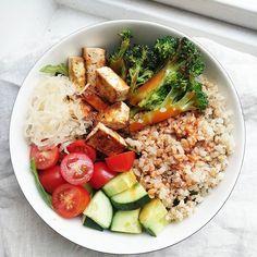 Bowlful of protein and fibre minerals vitamins all that good Falafel, Cobb Salad, Minerals, Vitamins, Protein, Curry, Paleo, Food, Bulgur