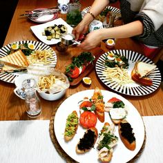 브런치란 영어로 아침 (Breakfast)와 점심 (lunch)의 합성어로 탄생했습니다. 1900년대부터 내려온 단어로, 일찍은10시부터, 늦게까지는3시까지의 식사를 포함하는 단어입니다. 너무 가볍지 않고 무겁지 않은 식사이고, 드라마나 영화에도 흔히 볼 수 있는 식사이죠. 한국에서는 브런치를 사교적 모임, 혹은 럭셔리한 식단으로 잘 알고 있습니다. #브런치#브런치즐기기