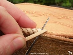 Making a leather handbag with cute little flowers and a basketweave pattern! All handmade and handtooled by Jeweleeches Vivian Hebing! Do you want to see more of my work, you can find me on Facebook, Youtube and Etsy too! On Youtube you can see my tutorial video's! https://www.youtube.com/channel/UCaFFog0cL9EV5ITUjTO_0hw: