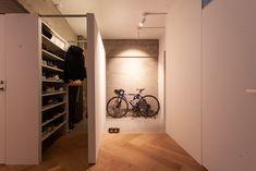 玄関はドアを開けた正面に間仕切りの壁を立て、収納を造作。部屋からも玄関側からも通れるウォークスルー式で使いやすい。 #I様邸検見川浜 #ヘリンボーン床 #フローリング #ホワイトオーク #玄関 #玄関収納 #自転車収納 #下駄箱 #シュークローゼット #ウォークスルークローゼット #インテリア #EcoDeco #エコデコ #リノベーション #renovation #東京 #福岡 #福岡リノベーション #福岡設計事務所 House Entrance, Room Interior, House Design, Storage, Closet, Home Decor, Rooms, Purse Storage, Bedrooms