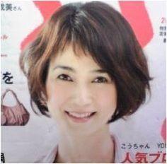 この画像のページは「ボブ&ショートヘアで魅せる!安田成美さんのキュートな髪型まとめ」の記事の6枚目の画像です。安田成美さんのボブヘア画像⑤パーマをゆるめにかけた、落ち着きのある清楚なイメージです。 前髪は、一部だけを短くカットしている点がポイント。そして、真ん中以外の前髪は、うまく流れるようにカットしています。 この切り方ですと、少し気分を変えたいときには、短くした前髪を長い前髪に隠すことができるので、応用のきく髪型なのです。  関連画像や関連まとめも多数掲載しています。 Shaggy Short Hair, Short Curly Bob, Short Bangs, Medium Short Hair, Short Hair Cuts, Medium Hair Styles, Short Hair Styles, Bob Haircut With Bangs, Hairstyles With Bangs