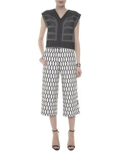 Look preto e branco com cropped tricot GIG, pantacourt tricot gráfica GIG, sandália preta, bracelete prata.