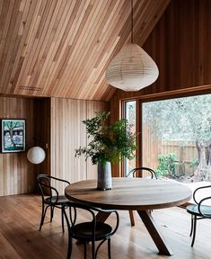 Northcote Residence by Melanie Beynon Architecture & Interior Design is a warm and generous home for a young family of six. Shiplap Cladding, Timber Panelling, The Design Files, Design Blog, Interior Architecture, Interior Design, Interior Cladding, Oak Panels, Dining