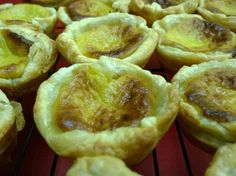 Every country seems to claim ownership of these deliciously crunchy, puff pastries filled with custard. Are they really Portuguese? I've got a solution for this. by Michel Daher. Egg Tart, Creamed Eggs, Spinach And Feta, Roasted Almonds, How To Cook Eggs, Vegetable Dishes, Vegetarian, Tarts, Puff Pastries