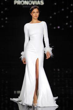 Feathers. Pronovias. Key wedding dress trends for 2018 #weddingdress