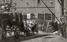 Vorstenhuizen, koningshuis Nederland. Koningin Wilhelmina opent in de Ridderzaal de Staten Generaal .Aankomst bij de Ridderzaal met de Gouden Koets. Nederland, Den Haag, Prinsjesdag 1918.