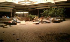 North Towne Square Mall: Toledo, Ohio El centro comercial Towne Square abrió sus puertas en 1980 con la esperanza de revivir el extremo norte de Toledo. El centro comercial contó con tiendas que no se encuentran en ningún otro lugar en la zona: Chick-fil-A, Camelot Music, CVS, y Frederick de Hollywood. Durante los años 90, la economía de Toledo estaba en la recesión y por la década de 2000, las tiendas estaban dejando el centro comercial. En 2013 fué demolido.