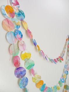 子供部屋にもウォーターカラーを♪水彩絵の具で塗った紙を型パンチで切り抜いてつなげたらこんなにかわいいガーランドに。