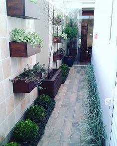 35 Cool Side Yard Landscaping Ideas on a Budget - Homeflish Side Yard Landscaping, Landscaping Ideas, Diy Wall Planter, Minimalist Garden, Interior Garden, Garden Landscape Design, Diy Garden Decor, Small Gardens, 12 Months
