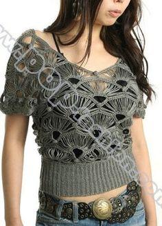 A primeira vista, pensei que a blusa fosse de crochê de grampo, mas é simplesmente crochê. Tem esquema do motivo.