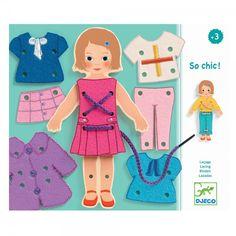 Con este juego de Djeco tu peque podrá vestir a la muñeca cosiendo las piezas de madera de la ropa con cordones de colores