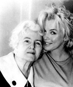 Marilyn Monroe in at Anne Karger's Hollywood apartment. With Anne Karger and housekeeper. Marylin Monroe, Fotos Marilyn Monroe, Robert Mapplethorpe, Divas, Annie Leibovitz, Classic Hollywood, Old Hollywood, Hollywood Hotel, Stars D'hollywood