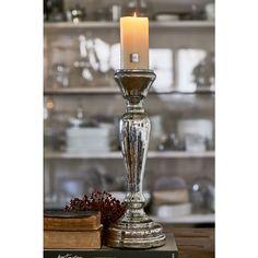 Deze klassieke, elegant gevormde glazen kandelaar is verkrijgbaar in twee groottes en is een echte blikvanger, zowel alleenstaand als in een groepje.