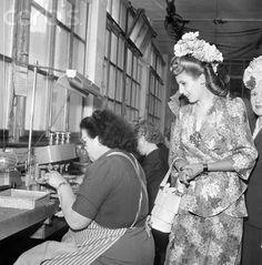 Eva Peron, wife of the Argentinian president Juan Peron, also known as Evita, visits an industrial firm during her visit in Switzerland in August 1947. | Location: SCHWEIZ.