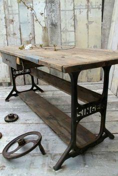 Hemos hablado muchas veces de ideas originales para hacer muebles con materiales reciclados y mesas diferentes, pero nunca deja de sorprenderme la cantidad de muebles que se pueden generar a partir de otros elementos reutilizados. Las mesas Singer son el ejemplo por excelencia de la mesa industrial porque cumple