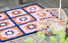 Virkattu matto tuo kestävää kukkaloistoa parvekkeelle ja kuistille. Polyesterilangasta tehty matto kestää kosteissa oloissa, vaikkapa pihalla.