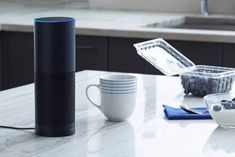 На фото справа — колонка Amazon Echo, в которой работает голосовой помощник Alexa. Именно его Toyota планирует встроить в ближайшие два года в свои автомобили.