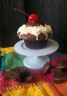 Receta de Pastelitos de Chocolate Oaxaqueño con Betún de Cocada Envinada. Mexican chocolate cupcakes and drunk cocada frosting.