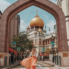 #beautifulseasia 📸 by @oksana_domoratskaya ・・・ ...Did you know that within 15 minutes you can travel the world ?) 😉🤔 from China town, via Little India to Arab district 😉, in 📍Singapore, this unbelievable idea is the reality 😃🖖🏻, each of these districts has its own typical atmosphere🔝, for today it is Arab district and the beautiful Sultan Mosque #speechlessplaces #tropicaladdicted #travelbrilliantly #livetotell #postcardsfromtheworld #wanderluster #thetravelhub#wanderlusters #tra... Singapore Photos, Visit Singapore, Singapore Malaysia, Singapore Travel, Singapore Destinations, Honeymoon Photography, Rain Photography, Travel Photography, Photography Ideas