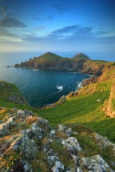 Angleterre // The Rumps Point, Cornwall - England Places Around The World, Around The Worlds, Travel Photographie, Voyage Europe, England And Scotland, English Countryside, British Isles, Beautiful Landscapes, Wonders Of The World