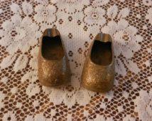 Vintage solide laiton H.H. Inde Floral Miniature gravé gravé chaussures talon chaussons de cendriers