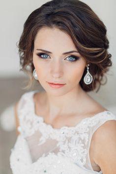smokey eye élégant pour le maquillage mariée aux yeux bleus