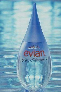 Les fonctions: -Technique : la praticité d'utilisation est instaurée par le fond plat de la goutte d'eau, qui permet de poser la bouteille à plat. -Communication: la marque joue sur l'impact visuel de la bouteille et sur l'impression qu'elle dégage. La communication est efficace puisqu'elle exprime clairement le positionnement d'Evian en informant le consommateur sur la qualité de l'eau Evian.