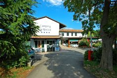 Camping La Rocca - Manerba del Garda ... Garda Lake, Lago di Garda, Gardasee, Lake Garda, Lac de Garde, Gardameer, Gardasøen, Jezioro Garda, Gardské Jezero, אגם גארדה, Озеро Гарда ... Welcome to Camping La Rocca Manerba del Garda. The Camping La Rocca, ideal for families with children, is in an enchanting location in the quiet Gulf of Manerba del Garda, near the Natural Park of La Rocca. Its structure includes places equipped with electrical connection, ap