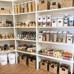 Kitchen Organization Pantry, Home Organization Hacks, Organized Pantry, Pantry Storage Containers, Pantry Baskets, Kitchen Containers, Pantry Ideas, Pantry Room, Walk In Pantry