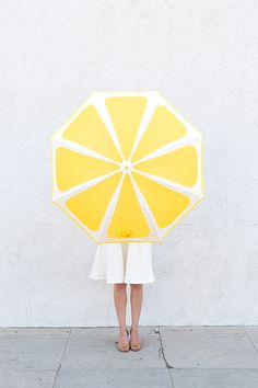 DIY Lemon Slice Umbrella. (The link also contains tutorials for watermelon and kiwi DIY umbrellas.)