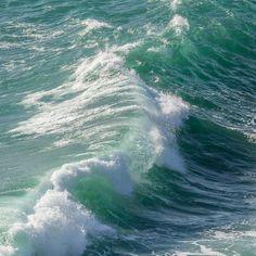 Waveform Holseer Cove Cornwall. #ukcoastwalk Photo: Quintin Lake www.theperimeter.uk