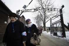 Holocaust survivors pass the gate of Auschwitz, on the occasion of the 70th anniversary of the liberation of the extermination camp, January 27, 2015 in Oswiecim, Poland (Photo Odd Andersen / afp.com)