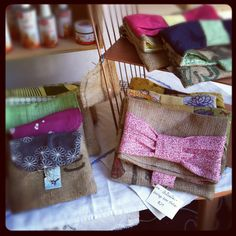 I'm really loving these handmade burlap clutches at Belly Sprout! Perfect for spring and the burlap will give any pretty dress a nice raw texture:)