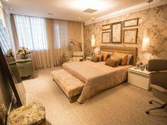 Quarto de casal. Papéis de parede e flores criam um ambiente romântico e sofisticado.