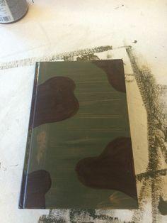 Na de legergroene kleur ben ik op het boek bruine vlekken gaan maken zoals je op de foto kan zien.