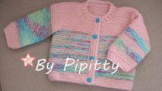 Este casaquinho e gorro foram tricotados com dois novelos de lã Família rosa e um novelo mesclado.  Usei agulha 5.   Iniciei com 90 pontos e...