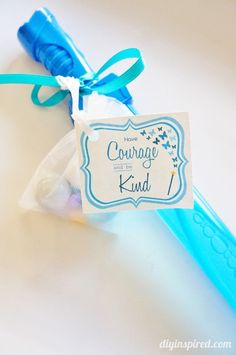 "Cinderella Movie Party Favors, glass slippers and bubble wand swords, with FREE Printables that say, ""Have Courage and be Kind. Cinderella Party Favors, Cinderella Movie, Movie Party Favors, Cinderella Birthday, Birthday Party Favors, Princess Birthday, Birthday Crowns, Princess Party Favors, 6th Birthday Parties"