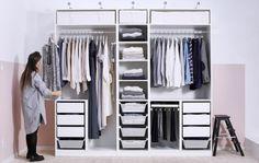 Ein offen gestalteter, organisierter Kleiderschrank für ein Paar Mehr