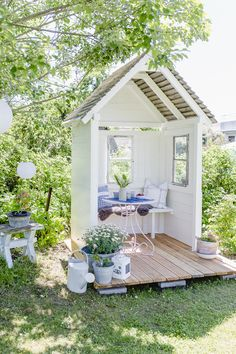 mamas kram: Im Garten … Garden Nook, Garden Cottage, Home And Garden, Diy Garden, Garden Spaces, Garden Buildings, Garden Structures, Backyard Patio, Backyard Landscaping