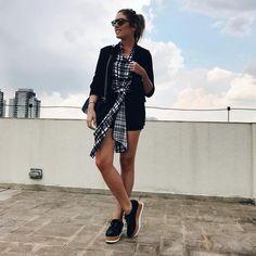 Look da Fabiana Justus com shorts preto, camisa xadrez, blazer preto e flatform.