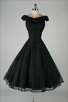 Black Vintage Dresses, So gorgeous! SUZY PERETTE - Classic Love the floaty skirt, and the neckline is cute, not sure that it would work for me. Pretty Outfits, Pretty Dresses, Beautiful Outfits, Cute Outfits, Retro Mode, Vintage Mode, Vintage Black, Vintage Style, 1950s Style