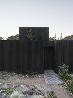 Quick And Easy Landscaping On A Budget - House Garden Landscape Landscape Architecture, Architecture Design, Black Architecture, Minimalist Architecture, Residential Architecture, House In The Woods, Minimal Design, Modernism, Garden Planning