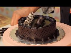 Learn a simple easy technique on how to apply a chocolate collar on any type of cake Chocolate Lace Cake, Chocolate Cake Toppers, Chocolate Cake Designs, Chocolate Wrapping, Chocolate Curls, Food Cakes, Cupcake Cakes, Cupcakes, Birthday Cake For Him