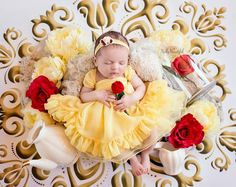 This Disney princess newborn baby photoshoot is adorable Newborn Pictures, Baby Pictures, Beauty And The Beast Dress, Disney Babys, Disney Princess Babies, Princess Belle, Princess Photo, Baby Kostüm, Foto Baby