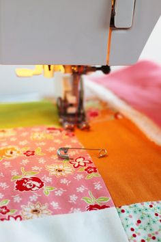 Sewing a super easy baby quilt using precuts! Quilting Projects, Baby Quilts, Super Easy, Sewing, Blog, Pattern, Fabric, Photography, Scrappy Quilts
