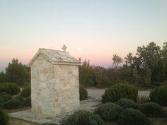 Croazia foto,luna dietro ad una vecchia tomba con alle spalle questa luce mistica